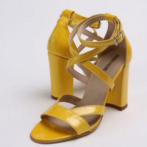 Sandale din piele naturala lacuita de culoare galben cu toc imbracat la nuanta pielii